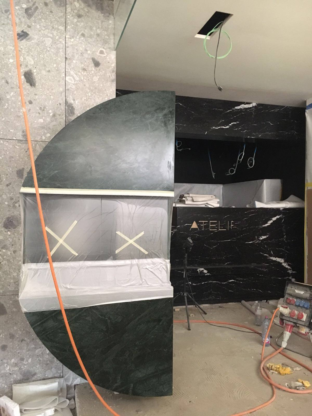 Innenarchitekt Interior Design Hotel Hotellerie Restaurant Retail: highlight vitrine made of darkgreen marble – Kurz Juwelery Boutique Bahnhofstrasse Zürich under construction