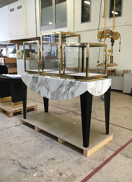 interior architect interior design hospitality retail: Vitrine marble and brass