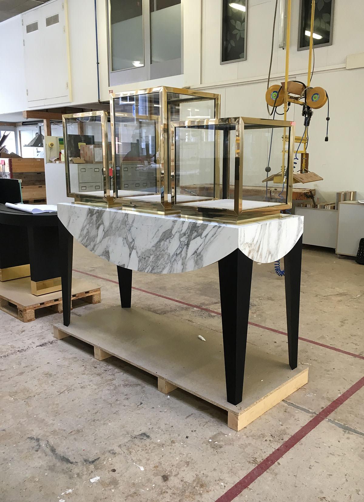 Innenarchitekt Interior Design Hotel Hotellerie Restaurant Retail: Vitrine marble and brass